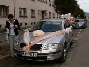 auto pro nevěstu už je nazdobené