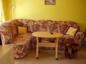 Náš mini obýváček (téměř celý ho zabírá sedačka)