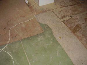 A taková hnusná je podlaha, navrch se musí ještě udělat další vrstva betonu. A pak na to přijde plovoučka
