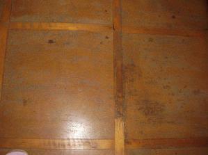 Podlaha na chodbě, fuj. V koupelně bude dlažba a na zbytku chodby nejspíš plovoučka.