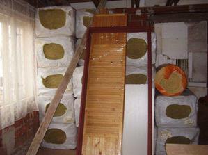Nakoupená vata na strop a futra do dveří.