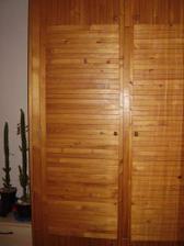 Vestavěná skříň na chodbě. Už ji pomalu likvidujeme, místo ní budou dveře do obýváku.