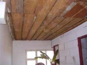 Otrhaný strop na chodbě.