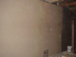 Nahozená a oštukovaná stěna.