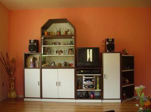 A už je nastěhovaný nábytek, zatím stará stěna, než koupíme novou. Tmavší zeď jí krásně zvyrazňuje.