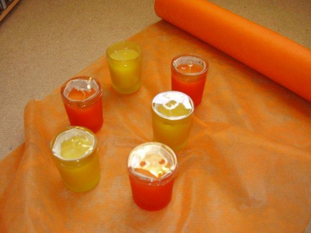 Voňavé svíčky a girlanda na stůl.