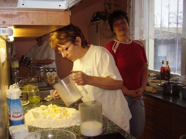Pečení koláčků 22.3.08 - zadělávání těsta