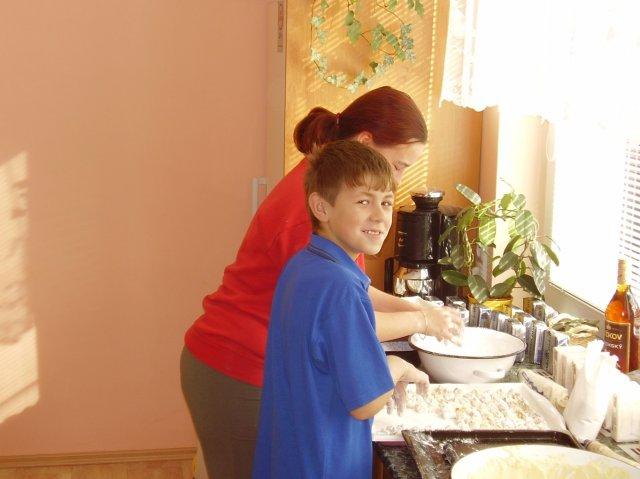 Jediná práce kterou jsem mohla jako budoucí nevěsta dělat - obalovat koláče v cukru, pomáhal mi ženichův synovec.
