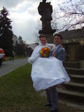 Silák ženich, nese si manželku i s děťátkem :-)