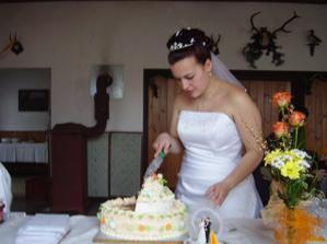 Krájím svatební dort, byl výbornej, díky švagrová.