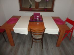 jedálenský stol, zatiaľ nemáme stoličky!