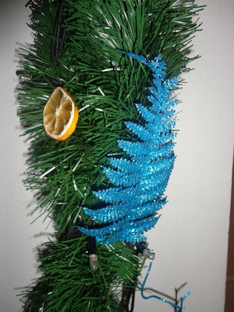 Vianoce u nás... +moje výtvory :) - trošku detailov z girlandy....zatial len kupene ozdoby, ešte pribudnú tie domacke :)