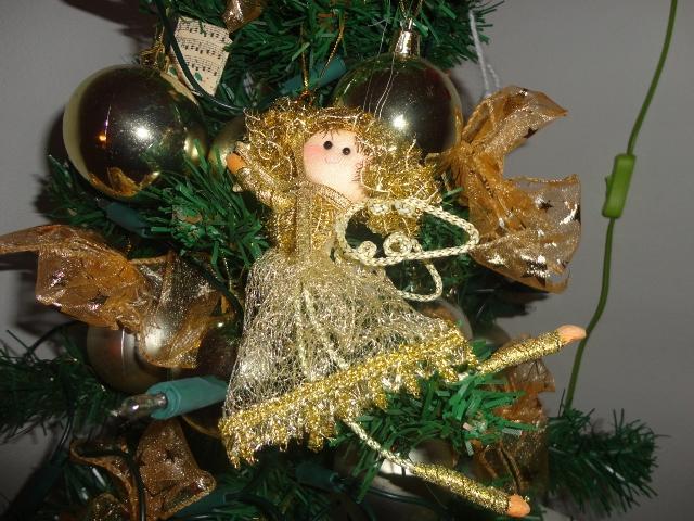 """Vianoce u nás... +moje výtvory :) - tohto anjelika ala """"martinak z turca"""" som si doniesla z viančnych trhov v Brne ked bola Emka ešte v brušku, teraz už jej visí na stromčeku"""