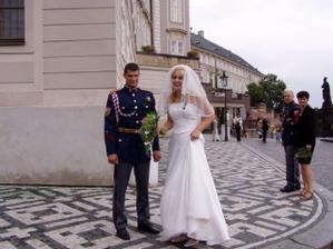 pózy pro turisty na Hradčanském náměstí