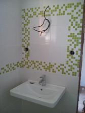 Umyvadlo na svém místě. ještě skříňku, zrcadlo, osvětlení a spodní koupelna je celá hotová