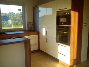 Kuchyně bílý lesk a ořech Dijon