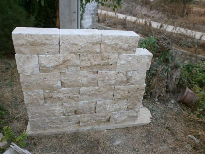 obklady a dlažby z prírodného kameňa (nie betonové a sadrové imitacie) - plotové tvárnice travertin 40x20x20 cm