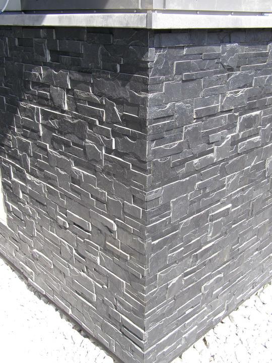 obklady a dlažby z prírodného kameňa (nie betonové a sadrové imitacie) - takto by mali vyzerať rohy na budove z remienkových panelov