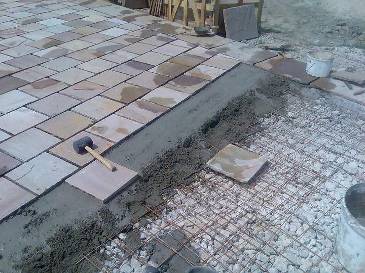 obklady a dlažby z prírodného kameňa (nie betonové a sadrové imitacie) - spôsob kladenie Ťažkej dlažby do suchého betonu