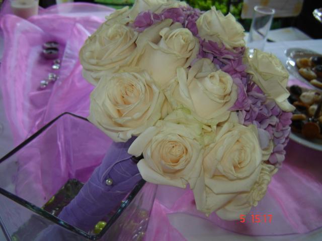 Ivanka a Filip - podľa tejto kytice mi spravia tú moje...jemné ruže a hortenizie:-)