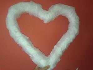 začalo to obyčejným polystyrénem od kamarádky ( zbyl jim od zateplování ) :) omotala jsem to organzou a hned to vypadalo dobře :)