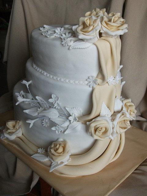 26.04.2014.......a bude svadba - Tak takúto tortičku mi dávno sľubila segrička,dúfam že bude....je nadherná