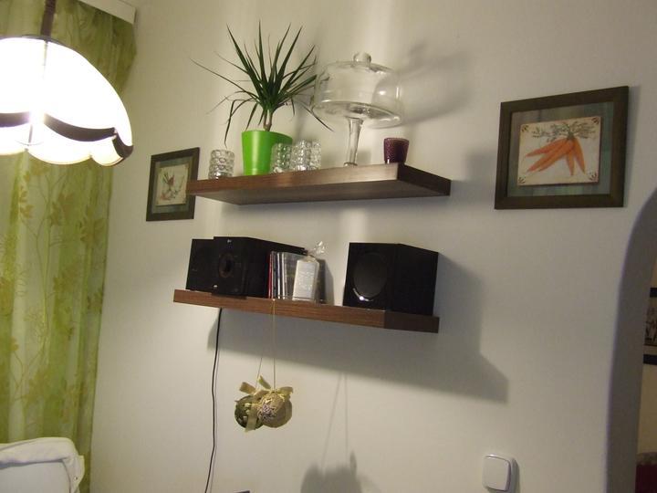 Moja vysnívaná kuchyňa - sedím a pozerám na tie poličky a uvedomila som si, že manžel mi tam nechal dierky. Zavesila som obrázky...čo poviete, mám ich tam nechať? :-)