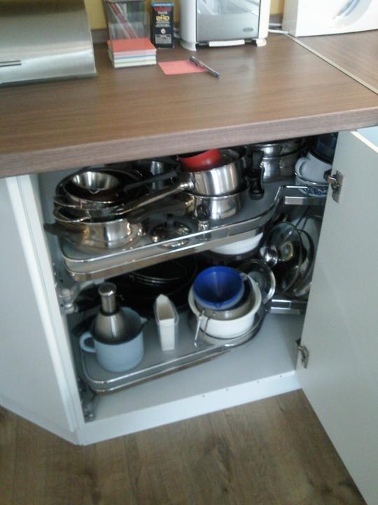 Moja vysnívaná kuchyňa - Roh riešený touto skrinkou. dá sa mierne nakloniť, nemusí byť v pravom uhle k tej druhej čo je v rohu a tak sa dá krásne zakamuflovať nie pravý uhol