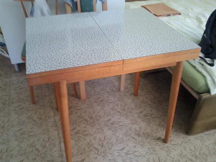 Príbeh našej záhrady/chatky, príp. čo sa mi páči - rozhodla som, že prefarbím aj stôl :-D