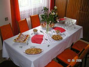 Prostřený stůl pro svatebčany ráno u nevěsty.