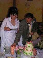 Krájení svatebního dortu...