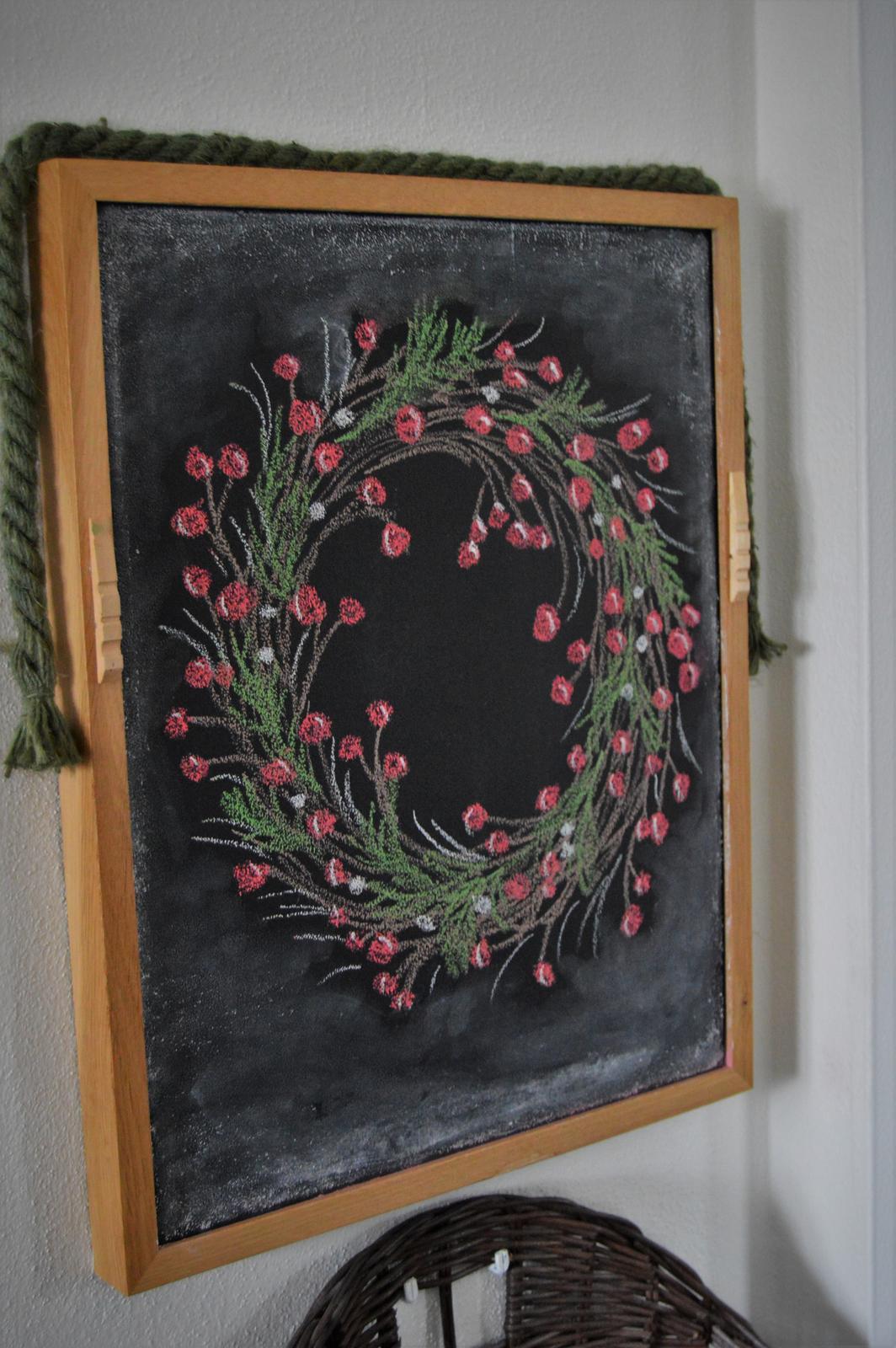 Vianočný čas u nás... - tento rok som kresbu na tabuľu trochu prifarbila...myslím, že venček sa celkom podaril...
