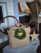 Obyčajné papierové vreco sa zmenilo na vianočný kôš - tašku...lacné a pekné..a hlavne originálne