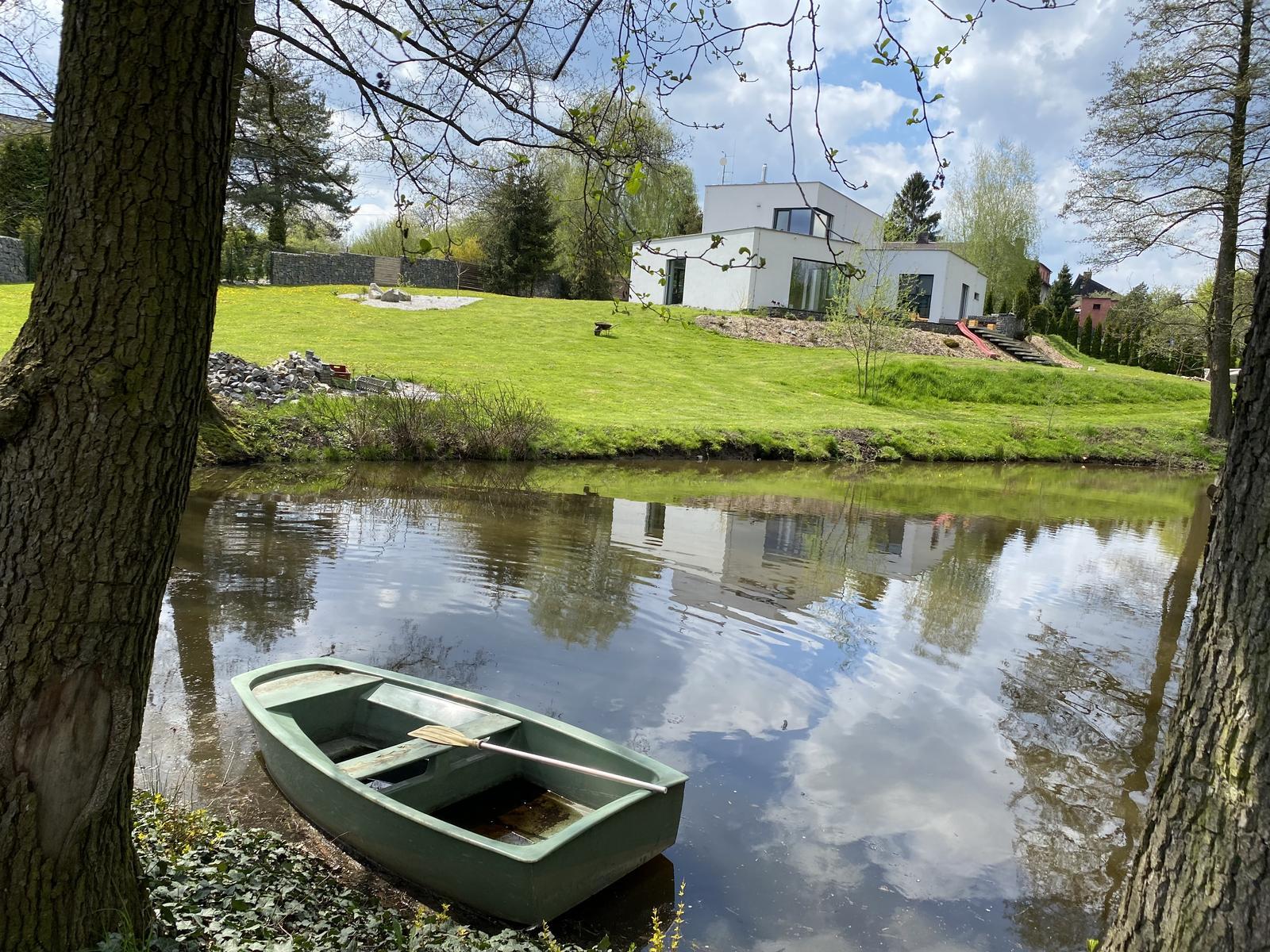 Zahrada u rybníčku - Svahy jsme konečně osadili. Po letošní zimě ujela část do rybníka