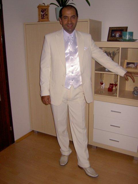 Jojka a Alexík-16.8.2008 - môj nádherný skoromužik vo svadobnom obleku a vestičke...všetko sme zohnali vďaka tomuto portálu...dakujeme všetkým..