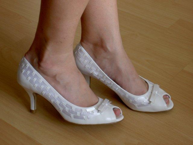 Jojka a Alexík-16.8.2008 - moje svadobné topánočky...menší opatok, aby nohy neboleli..pohodlnééé