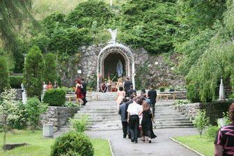 obrad bude vonku pri kaplnke svatej Anny v Lednických Rovniach...je tam nádherne a pán farár nám vyšiel v ústrety..ďakujeme