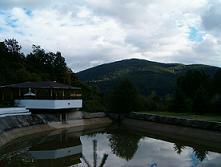 Jojka a Alexík-16.8.2008 - k hotelu patrí aj posedenie vonku s grilom a vodnou nádržou, všetko je to obkolesené krásnou prírodou...už sa teším na fotky..