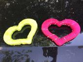 Dve polystyrenove srdcia, cyklamenovo zelene,