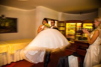 prichádzajú mladomanželia :-)