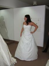 Voľba č. 2 Mireia v bielom, ale nejako sa mi zdá, že mi tie šaty sploskli prsia :-(