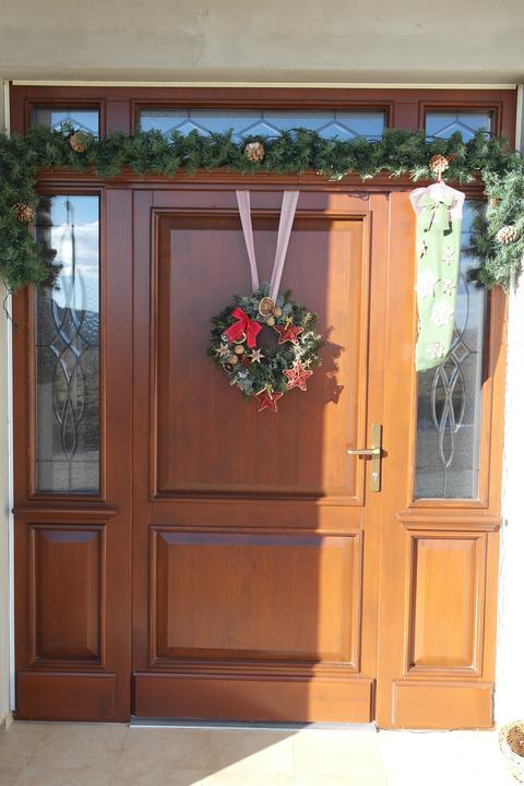 Vchodové dvere - Smrekové dvere profil 78mm,rustikálne,nespajane v celku s nadsvetlíkom.Doplnky a okrasné olištovanie z vonkajšej aj vnútornej strany. Cena dverí bez vitražového skla.  1420e bez DPH