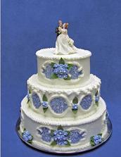 Objednán tento dort - spodní patro čokoládová náplň, dvě vrchní vanilková náplň