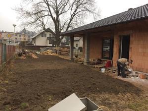 Březen 2018 - srovnání terénu před domem, hned to vypadá líp :)