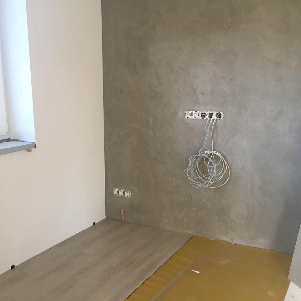 Stavíme si náš sen - Říjen 2018 - betonová stěrka za televizí, začínáme pokládat vinyl :)