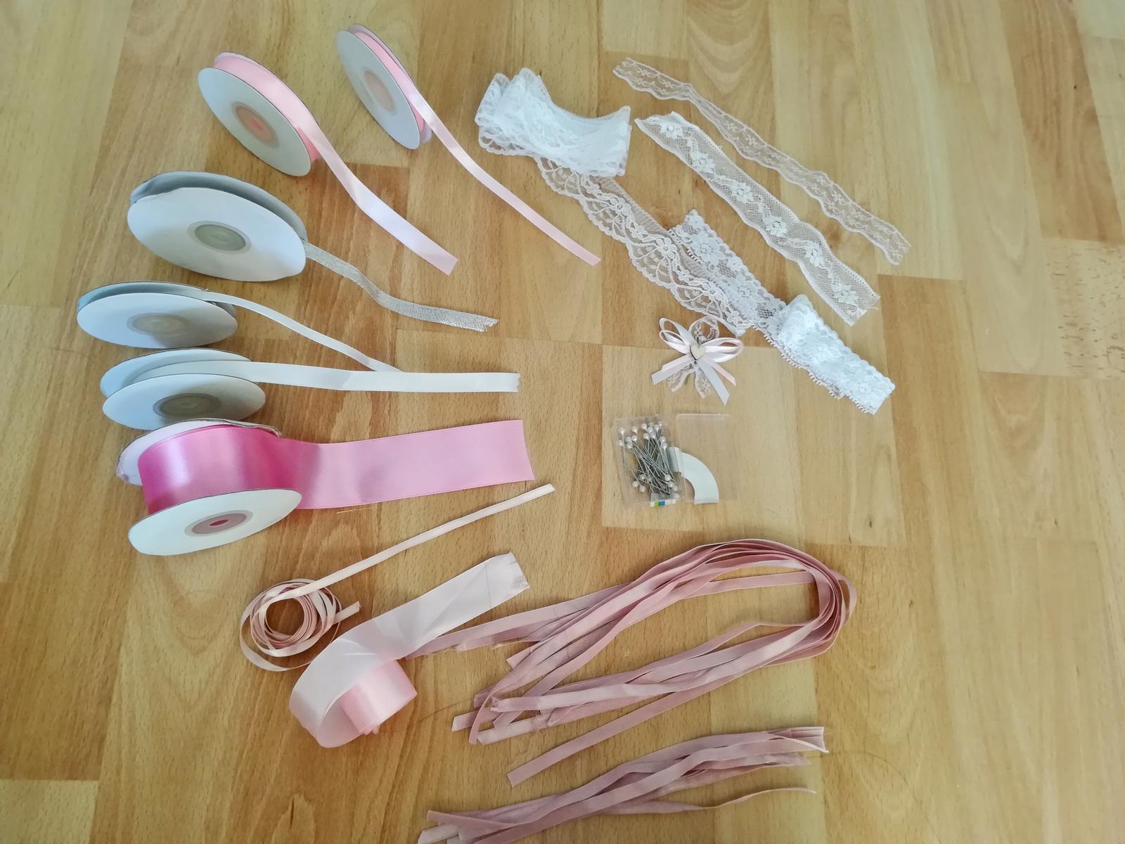 Různě dlouhé zbytky stužek a krajek + špendlíky s perleťovou hlavičkou - Obrázek č. 1