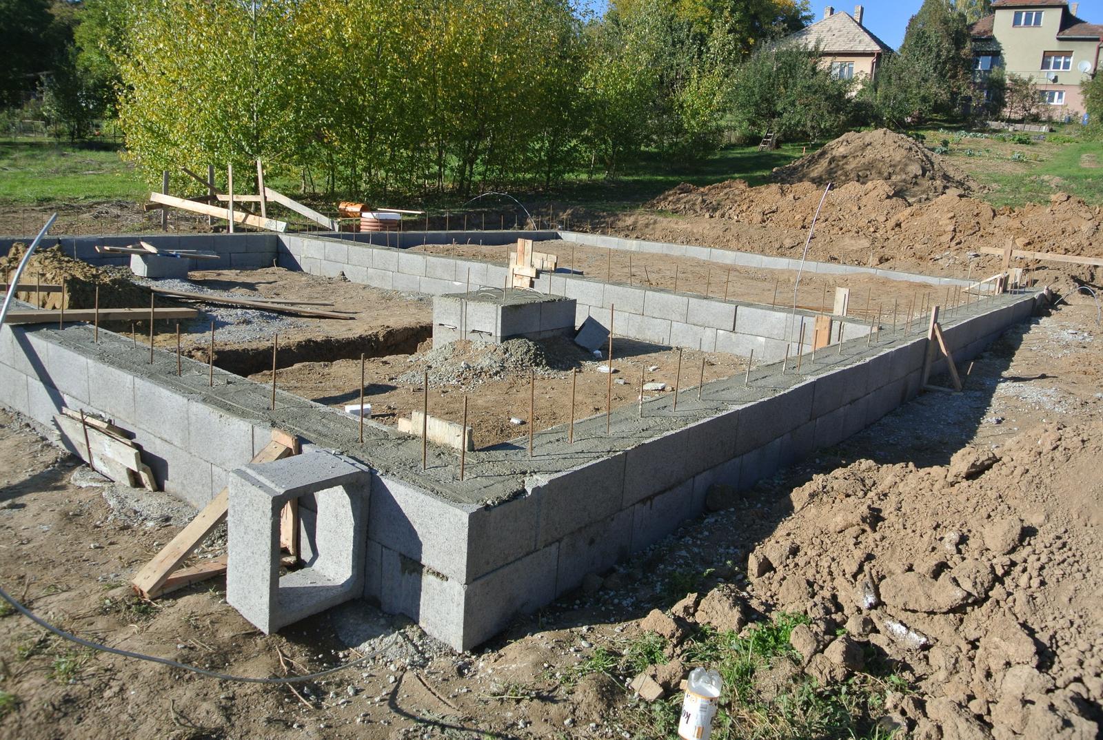A bude domček ... - Kvoli poruche na betonarke konecne dnes 9.10.2017 zaliate tvarnice.