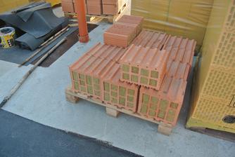 Toto sú tehly na prvý rad, s izoláciou na prerušenie tepelného mostu.