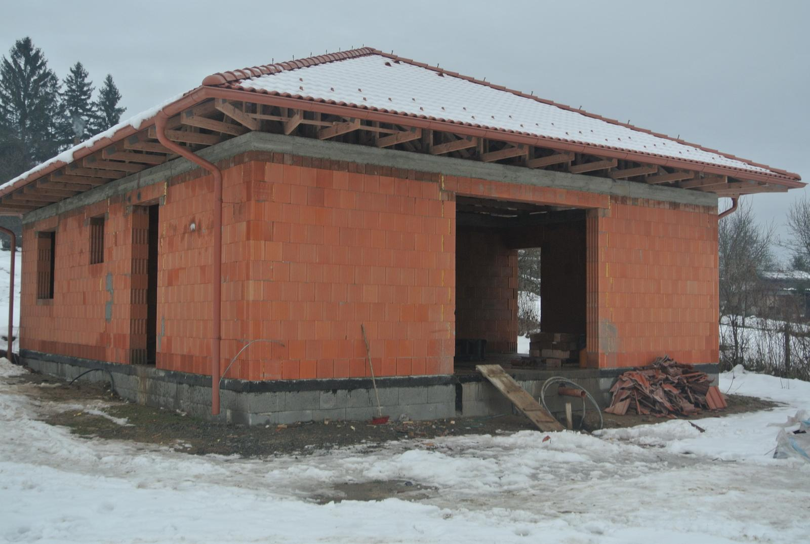 A bude domček ... - Tak komplet strecha, uz nam ten biely humus dnu padať nebude. Strechári dokončili 8.12.2017.