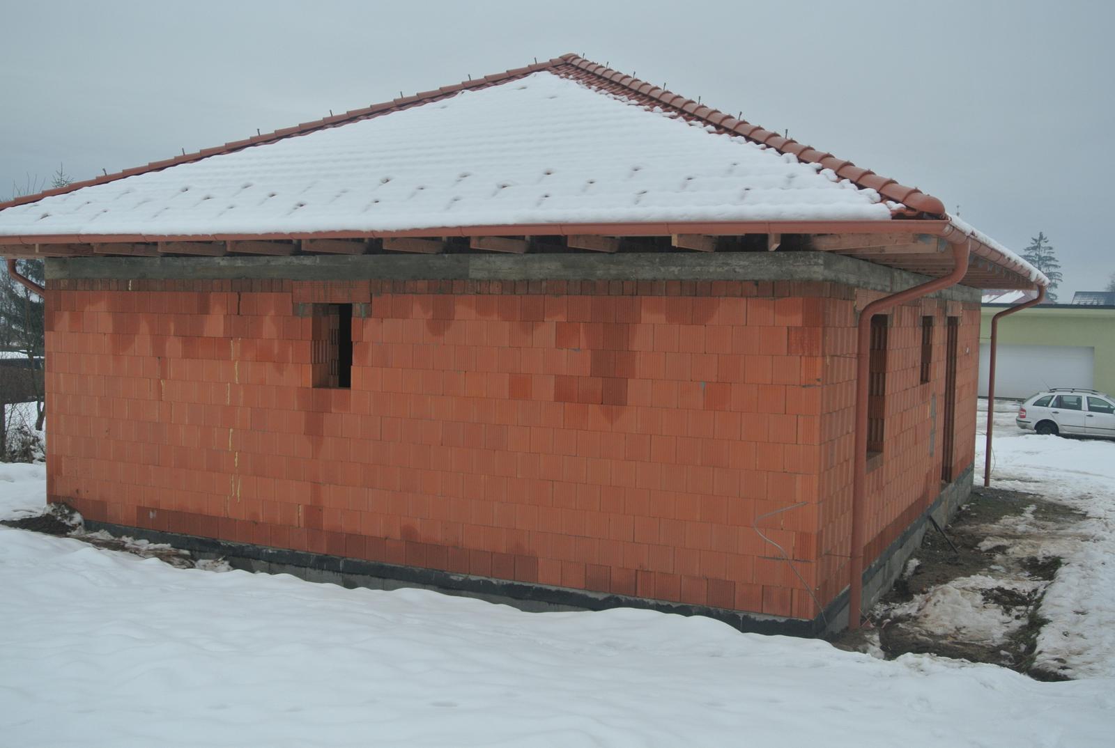 A bude domček ... - Strechári sa mi smiali, že konečne robia jednu červenú strechu po mnohých čiernych :-)